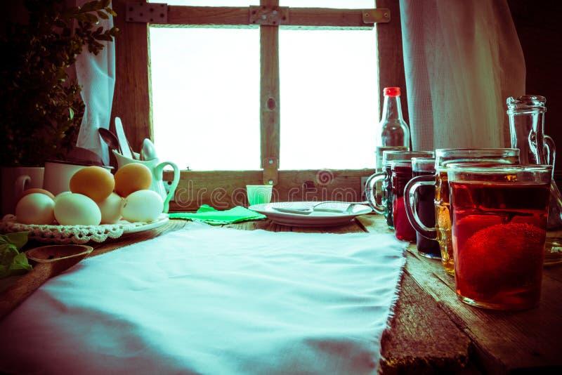 Покрашенная хата деревянного стола яичек сельская стоковая фотография rf
