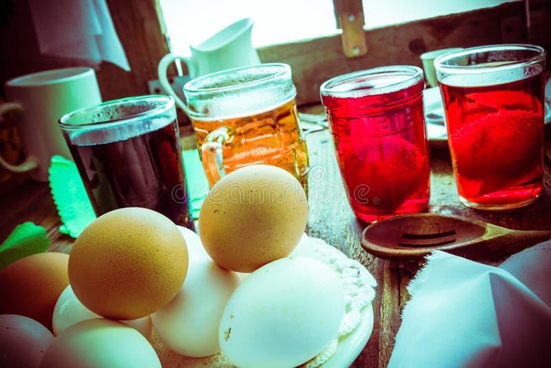 Покрашенная хата деревянного стола яичек сельская стоковое изображение