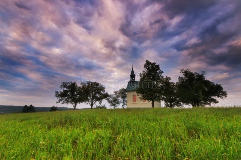 Покрашенное небо над малой церковью, Брно, южная Моравия, чехословакская стоковое фото rf
