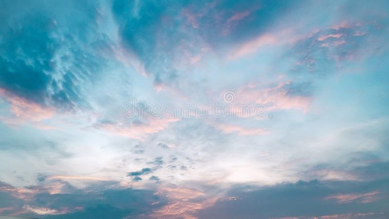 Покрашенное нежностью абстрактное лето предпосылки Шикарное небо и облако сумерек панорамы стоковые изображения rf