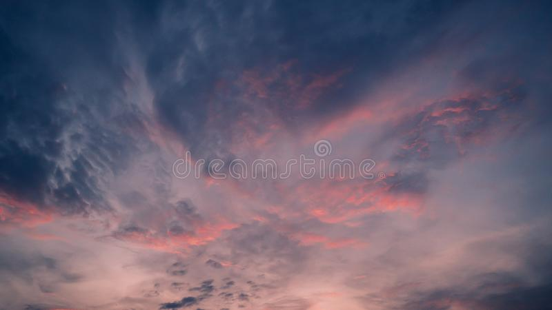 Покрашенное нежностью абстрактное лето предпосылки Шикарное небо сумерек панорамы стоковое изображение rf