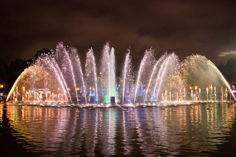 Покрашенное fontain на светах ночи стоковое изображение