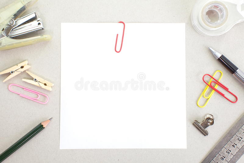 Покрашенные бумаги с штапелем и канцелярскими принадлежностями стоковое фото