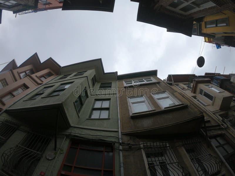 Покрашенные дома в районе Balat Стамбула стоковые изображения rf