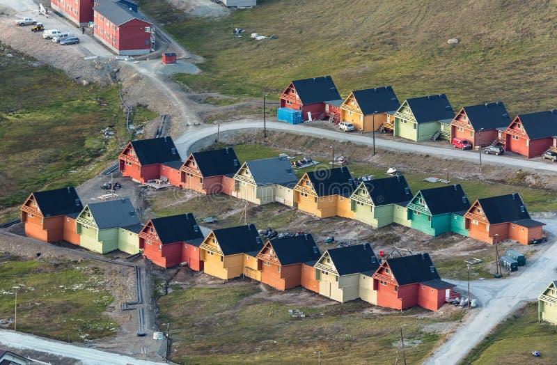 Покрашенные дома в Longyearbyen, Свальбарде, увиденном сверху стоковое фото rf