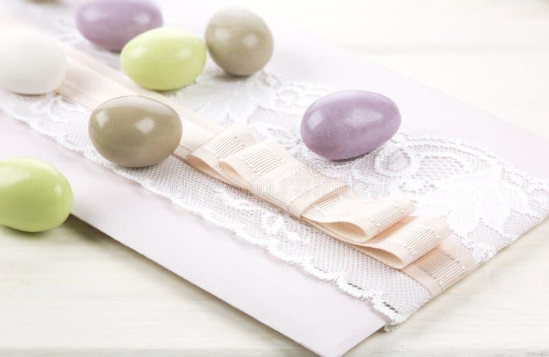 Покрашенные засахаренные миндалины и бумага свадьбы стоковая фотография rf