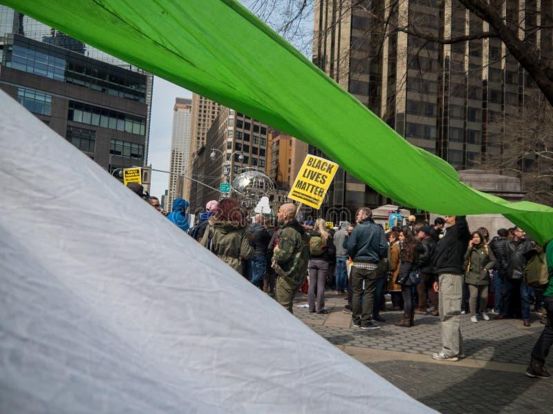 Покрашенные знамена на протесте козыря стоковая фотография