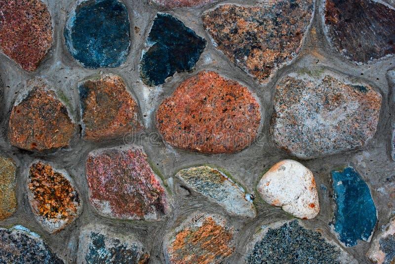 Покрашенные камешки в цементе стоковые изображения rf