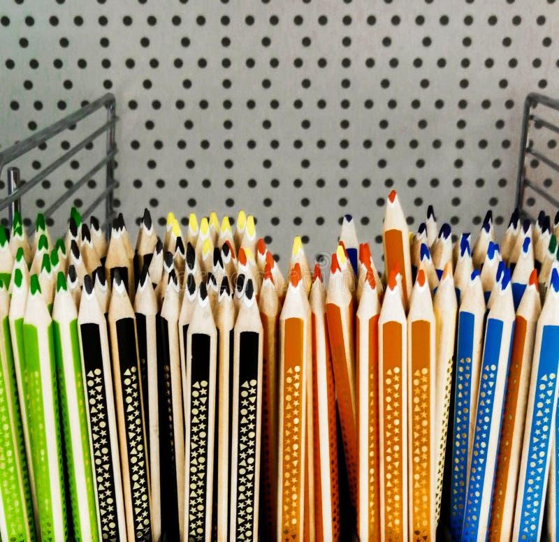 Покрашенные карандаши для продажи рисовали оранжевую синь стоковое изображение rf