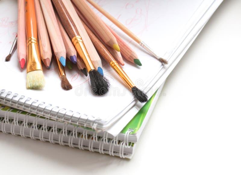 Покрашенные карандаши и щетки краски стоковое изображение rf