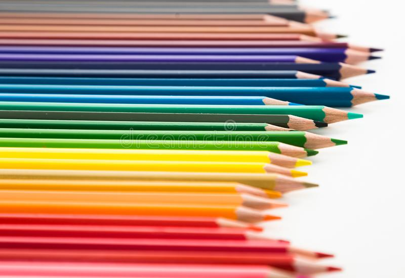 Покрашенные карандаши лежа в скачками строке стоковые изображения rf