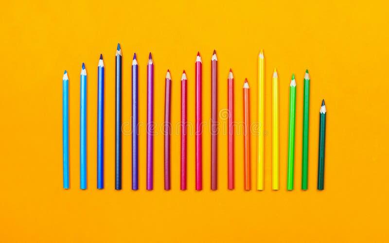 Покрашенные карандаши различного размера в заказе радуги стоковая фотография rf
