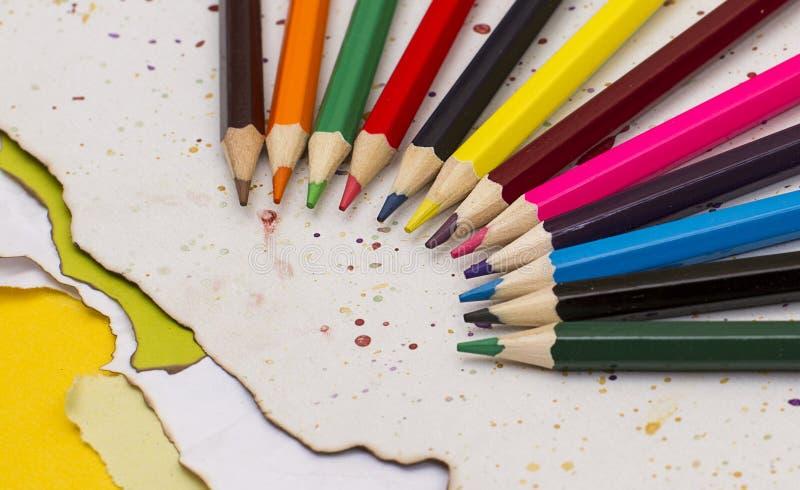 Покрашенные карандаши на сорванной бумаге с боковинами из цветного каучука гуаши стоковые изображения
