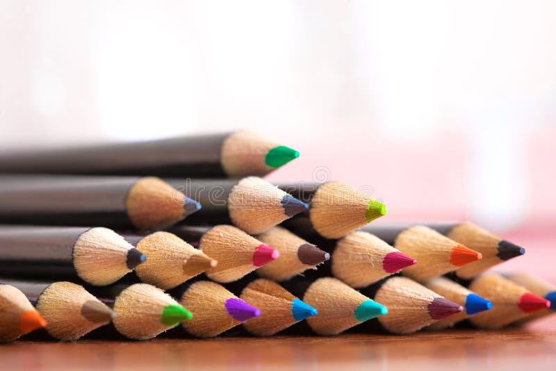 Покрашенные карандаши на таблице стоковая фотография