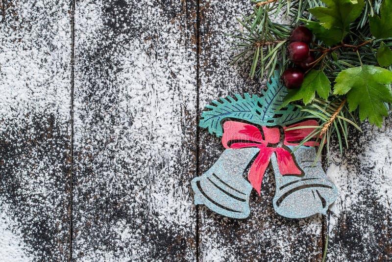 Покрашенные колоколы рождества на елевых ветвях стоковая фотография rf