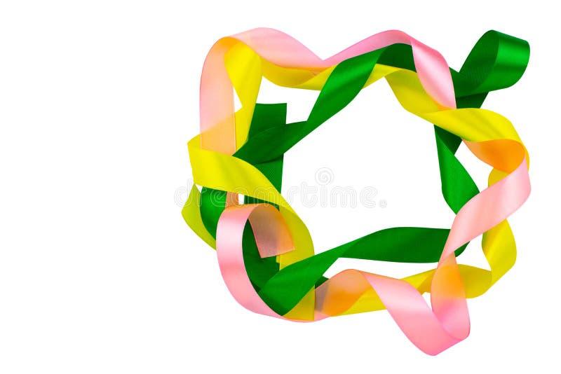 Покрашенные ленты, зеленый, розовый, желтые на белой предпосылке, с путем клиппирования День рождения и концепция партии стоковое фото rf