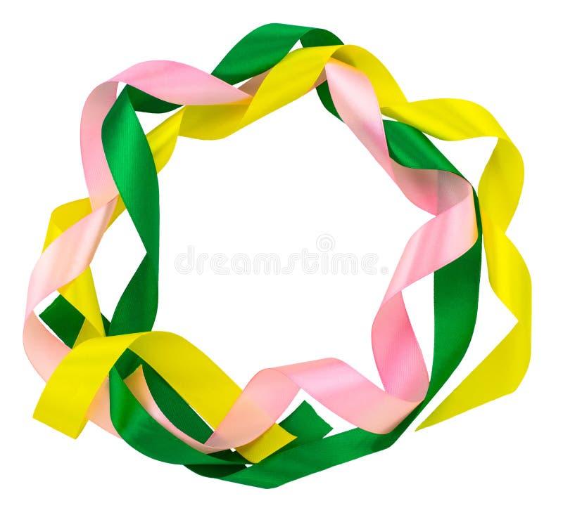 Покрашенные ленты, зеленый, розовый, желтые на белой предпосылке, с путем клиппирования День рождения и концепция партии стоковое изображение rf