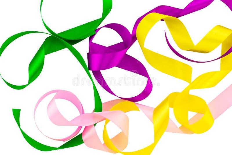 Покрашенные ленты, зеленый, розовый, желтый пурпур на белой предпосылке, с путем клиппирования День рождения и концепция партии стоковые фото