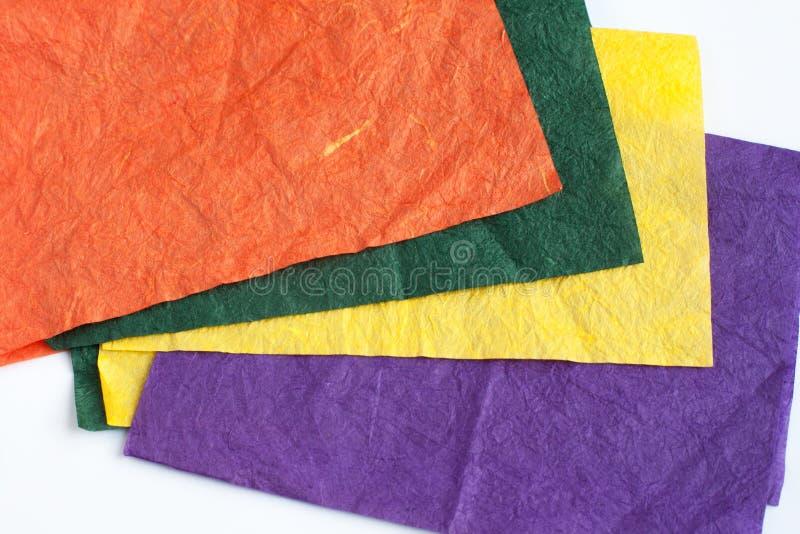 Покрашенные листы скомканной бумаги на белой предпосылке стоковое фото