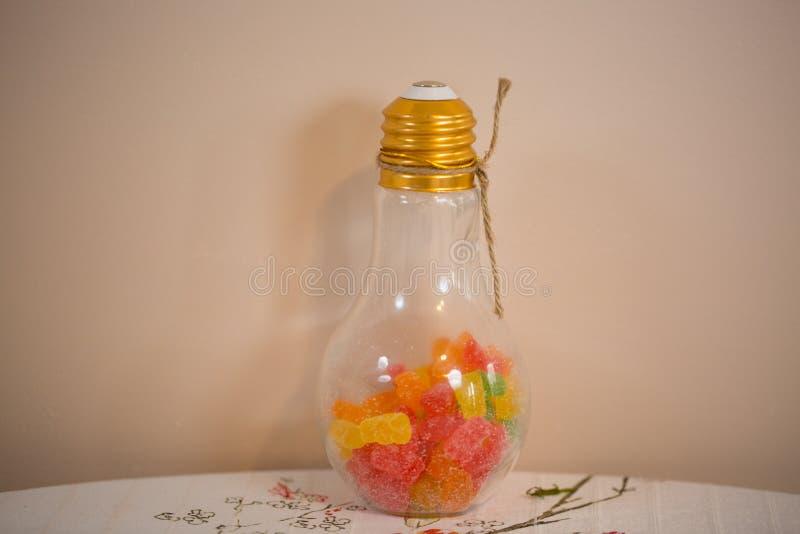 Покрашенные мармелад-горошки в опарнике шарика стеклянном стоковые фотографии rf