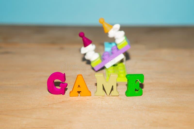 Покрашенные письма, игра, на фоне игрушки детей стоковые фото