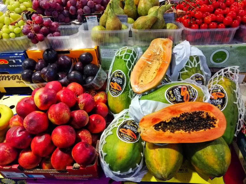 Покрашенные плоды в рынке стоковое изображение