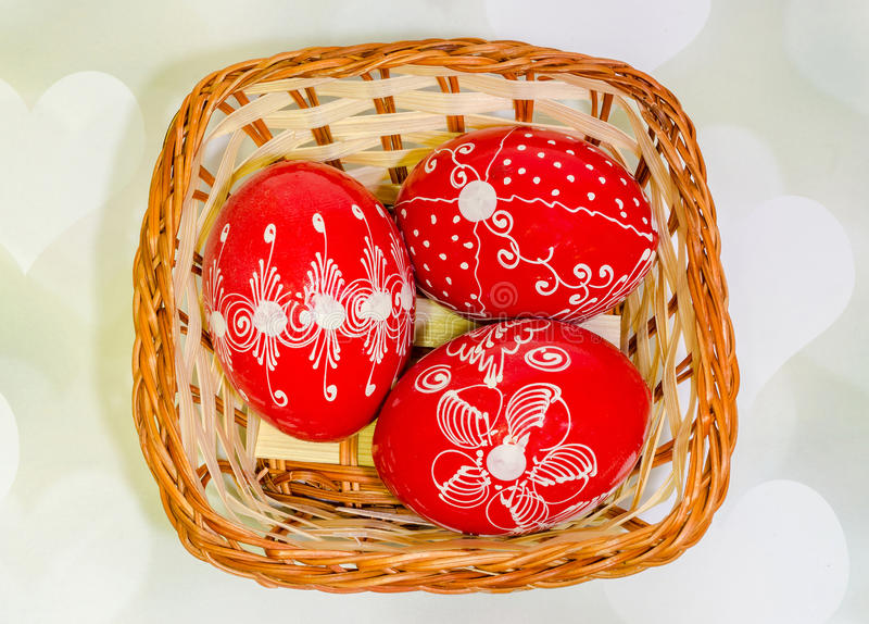Покрашенные покрашенные румынские традиционные пасхальные яйца в деревенской (винтажной) корзине, конец вверх стоковые фото