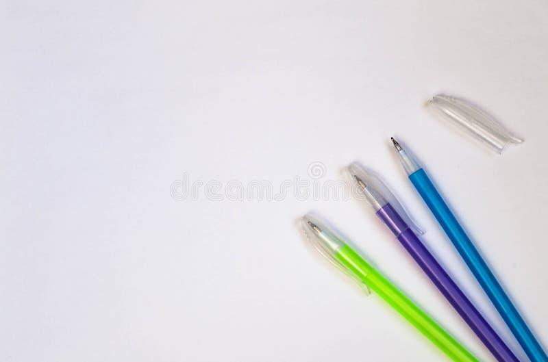 Покрашенные ручки на белой предпосылке над взглядом скопируйте космос стоковая фотография rf