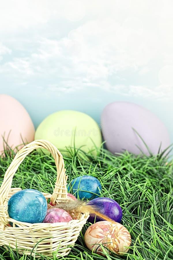 Покрашенные связью пасхальные яйца стоковое изображение