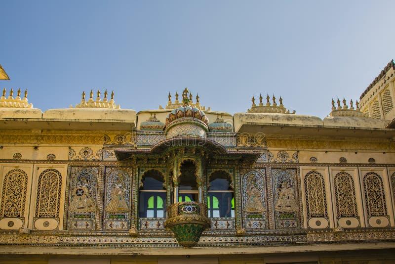 Покрашенные стены и балкон внутри дворца города, Udaipur, Индии стоковое изображение rf
