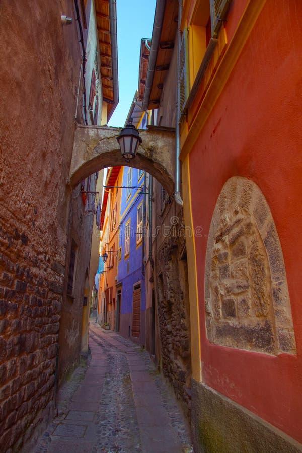 Покрашенные стены и свод в переулке стоковые изображения rf