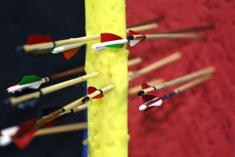 Покрашенные стрелки в цели стоковое изображение rf