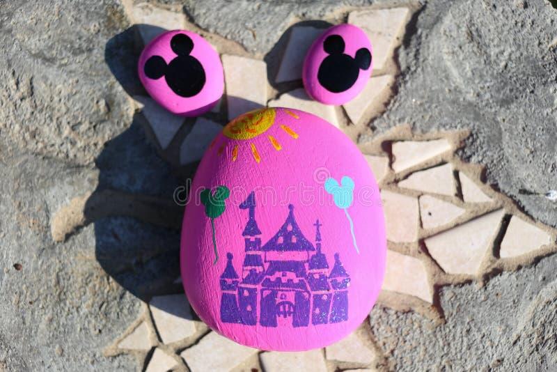 Покрашенные утесы замка и голов мыши Mickey стоковое фото rf