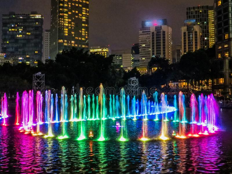 Покрашенные фонтаны к ноча стоковое фото rf