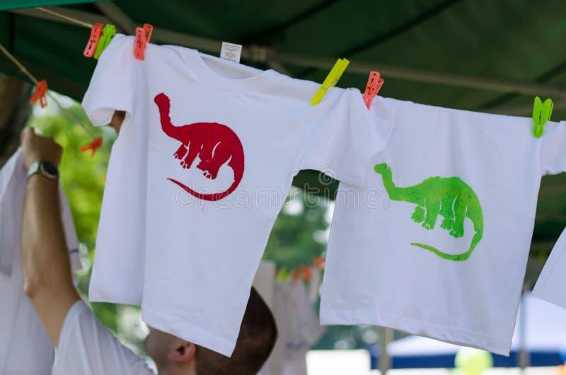 Покрашенные футболки стоковые фотографии rf