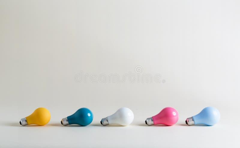Покрашенные электрические лампочки в собрании стоковая фотография