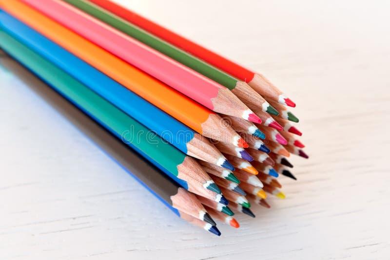 Покрашенные crayons на белой предпосылке стоковая фотография rf