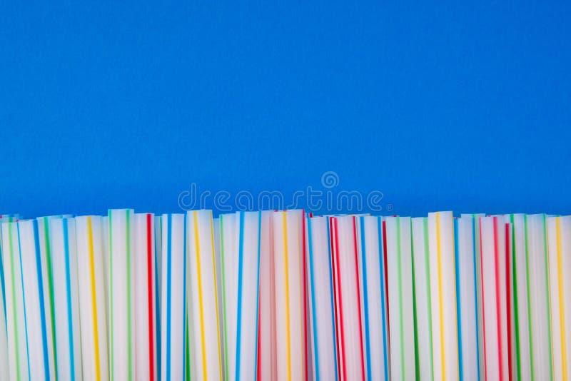 Покрашенные tubules для выпивать на голубой предпосылке стоковые фотографии rf
