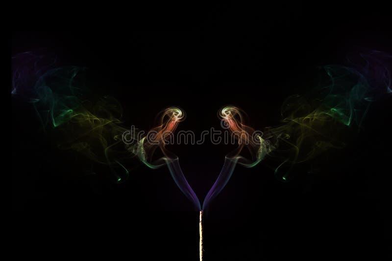 Покрашенный дым приходя из ручек ладана дым абстрактного искусства стоковое фото