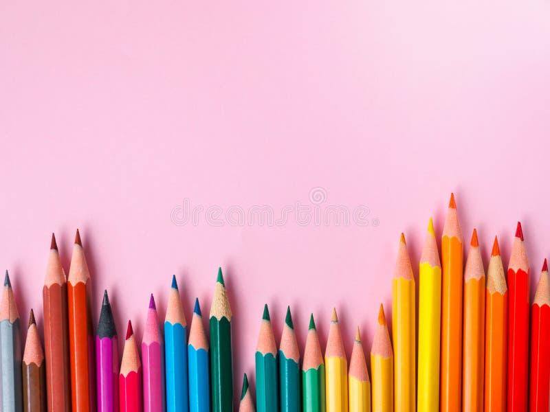 Покрашенный карандаш на розовой бумажной предпосылке для круга цвета чертежа стоковое изображение rf