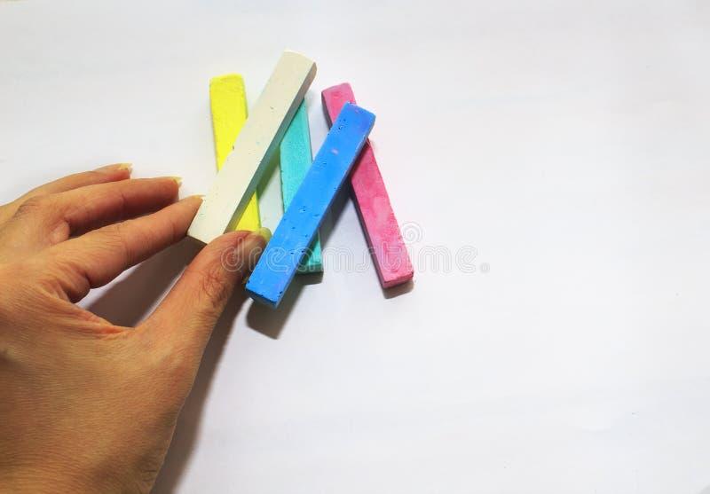 Покрашенный мел для рисовать на белой деревянной предпосылке стоковые изображения rf