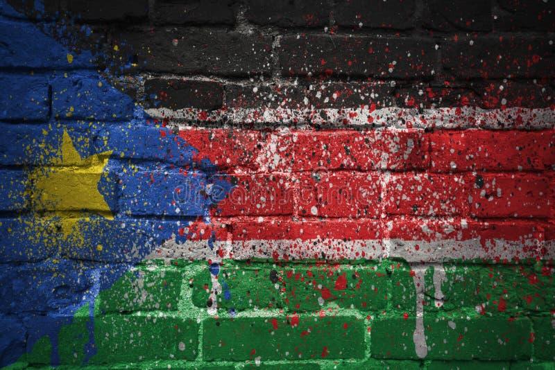 Покрашенный национальный флаг южного Судана на кирпичной стене стоковое фото rf
