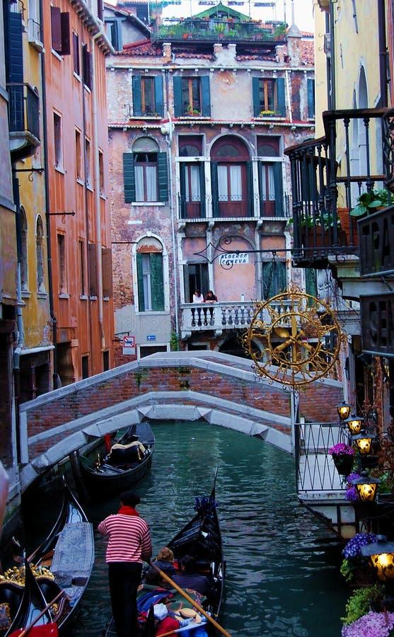 Покрашенный узкий венецианский канал стоковое изображение rf
