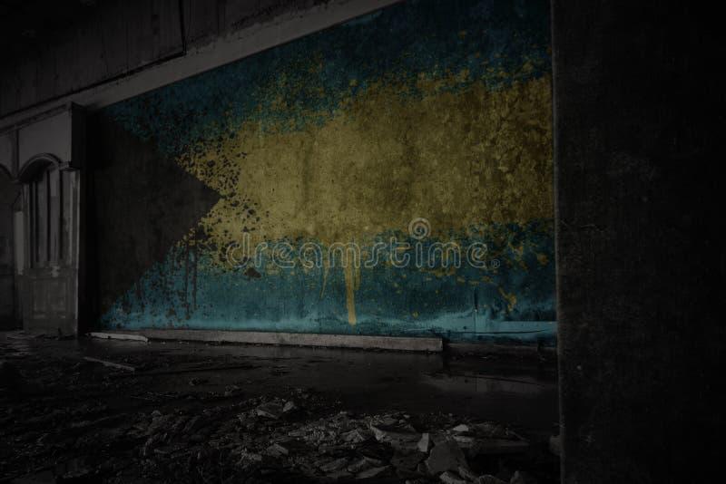 Покрашенный флаг Багамских островов на грязной старой стене в получившемся отказ загубленном доме стоковое фото