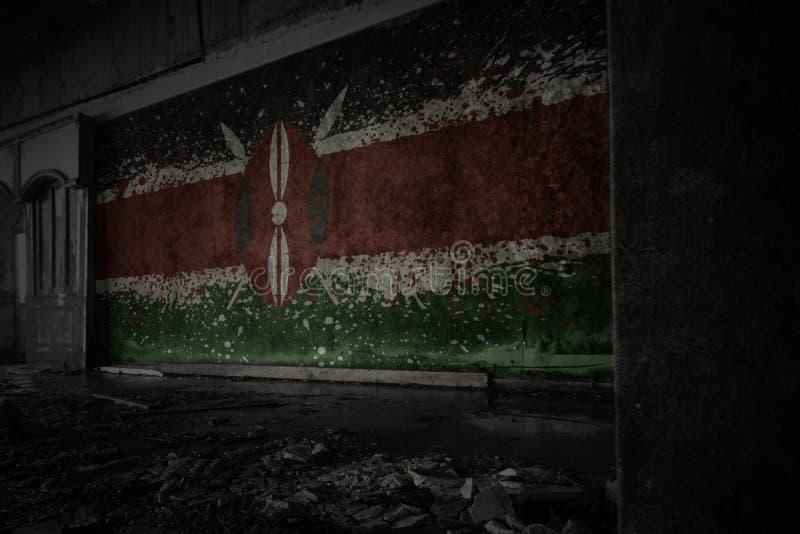 Покрашенный флаг Кении на грязной старой стене в получившемся отказ загубленном доме стоковые фото