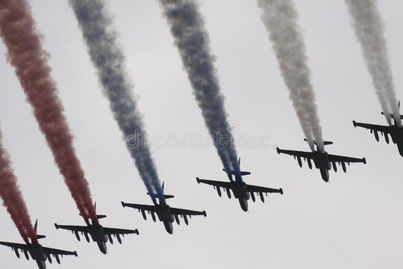 покрашенный флаг самолет-истребителя строгает небо russ 6 стоковое фото