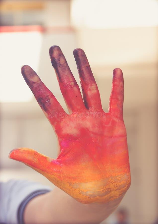 Download Покрашенный человеческий фотоснимок руки Стоковое Фото - изображение насчитывающей выражение, цветы: 81809930