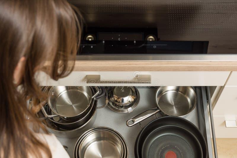 Покройте вниз с взгляда на современном плитае с открытым ящиком под плитой стоковое фото