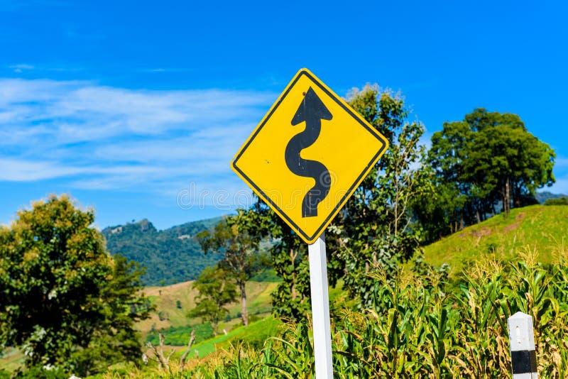 Покройте проселочную дорогу для того чтобы показать о дороге условия как locatio лабиринта стоковое фото