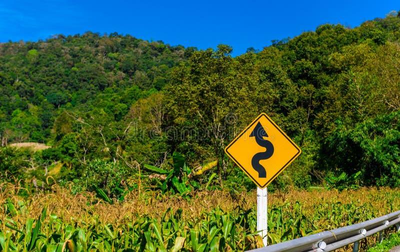 Покройте проселочную дорогу для того чтобы показать о дороге условия как locatio лабиринта стоковое изображение